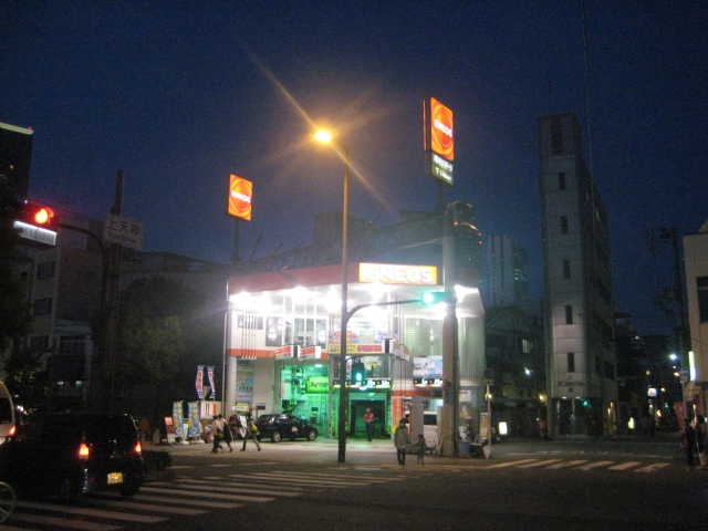夜間のガソリンスタンド